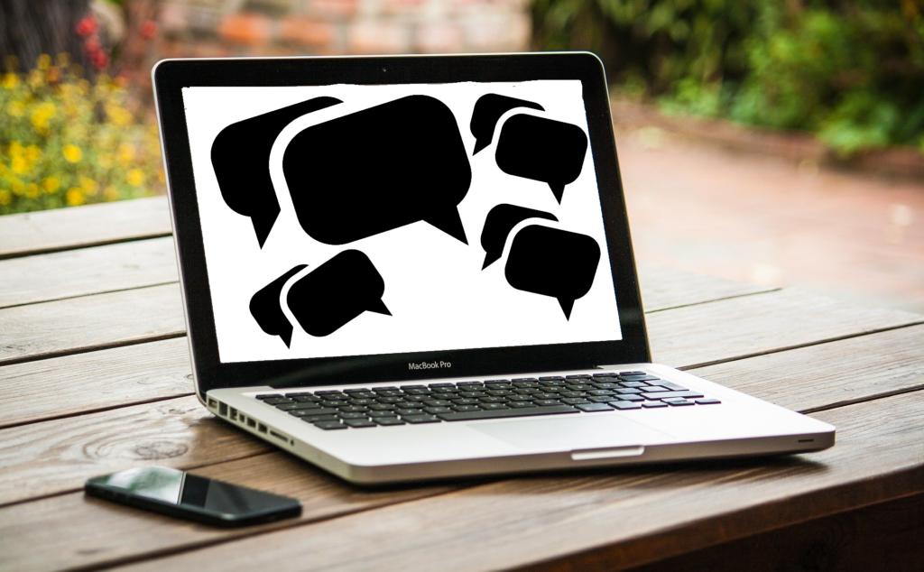 laptop mit kommentarsimbolen
